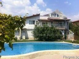 Дом с бассейном в районе Траката, в 6 км от центр Варны. - фото 1